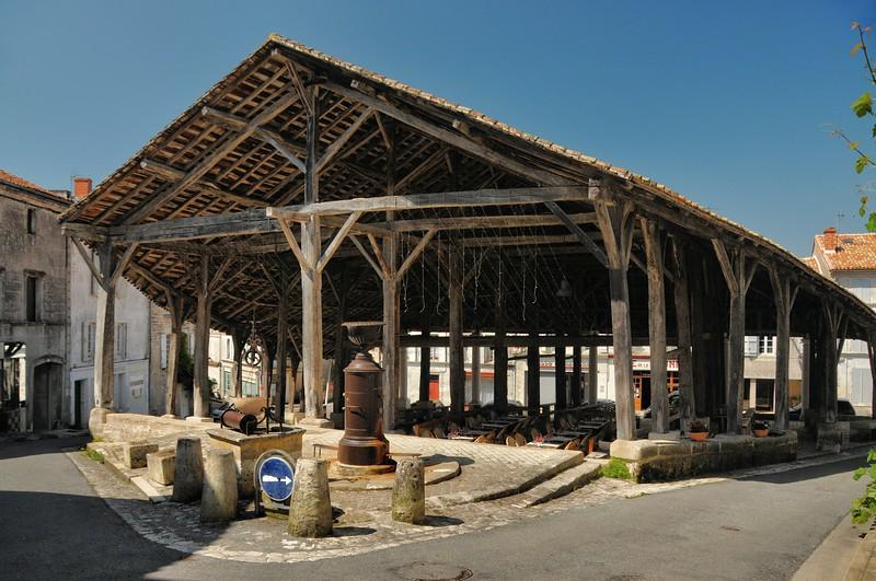 Villebois-Lavalette - Place des Halles