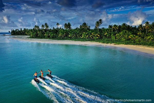REPUBLIQUE DOMINICAINE. ACTIVITE SURF ELECTRIQUE AU  CLUB MED MICHES PLAYA ESMERALDA DANS LA BAIE DE SAMANA.