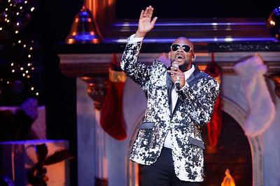 R. Kelly live at The Fox Theatre in  Detroit on 12-2-16.  Photo credit: Ken Settle