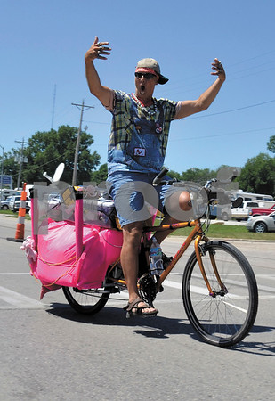 -Messenger photo by Britt Kudla<br /> Vinny Virenpot of Davenport rides through Storm Lake during RAGBRAI on Sunday