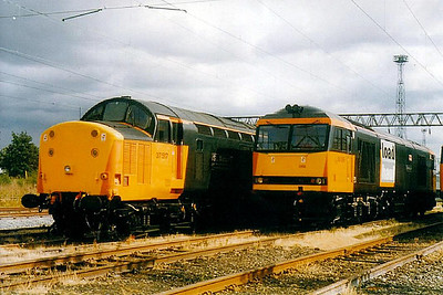 37 517 - English Electric Class 37 Type 3 Co-Co DE - built 06/61 by English Electric as BR No.D6718 - 1973 to 37 018, 04/87 to 37 517 - withdrawn 01/05 - seen here at Crewe with 60 059.