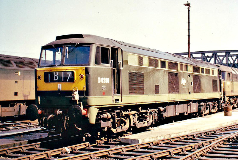 0280 FALCON - Brush Class 53 Type 4 Co-Co DE - built 10/61 by Brush Traction - 12/70 to 1200 - withdrawn 05/74 from Newport Ebbw Junction TMD, 06/74 reinstated, 10/75 withdrawn from Newport Ebbw Junction TMD - seen here at  Paddington Station.