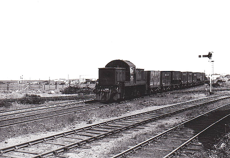 NATIONAL COAL BOARD, Ashington Colliery - No.31 - ex-BR Class 14 0-6-0DM - built 02/65 by Swindon Works as BR No.9531 - 12/67 withdrawn from 86A Cardiff Canton - 11/68 to NCB Crigglestone, 10/73 to NCB Burradon, 04/74 to NCB Ashington - 1986 withdrawn, 1987 to ELR for preservation - seen here at Hirst Junction, 05/82.