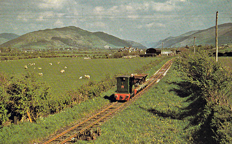 TALYLLYN RAILWAY - No.5 MIDLANDER - 686mm - built 1940 by Ruston & Hornsby - 1980 extensively rebuilt and renewed, entering service for engineering duties, as seen here on a ballast train at Hendy.