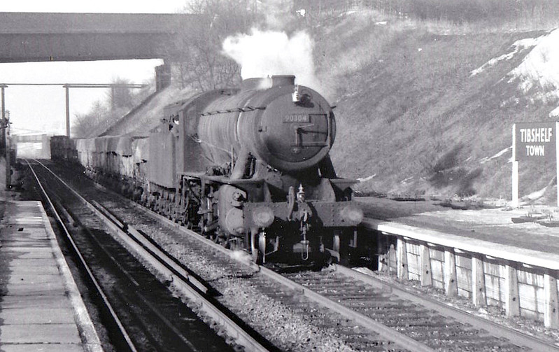 90304 - WD Class 8F 2-8-0 - built 02/44 by North British Loco Co. as WD No.7440 - 01/45 to WD No.77440, 09/49 to BR No.90304 - 09/64 withdrawn from 40E Colwick - seen here at Tibshelf Town, 02/63.