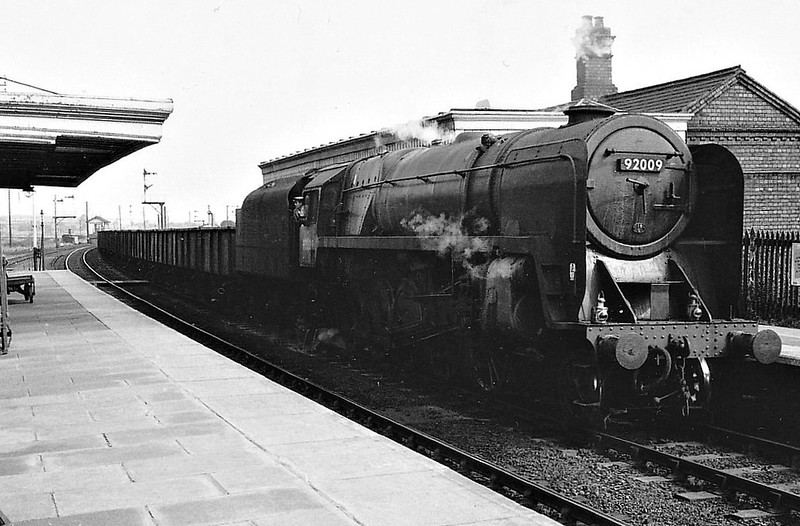 92009 - Riddles BR Class 9F 2-10-0 - built 03/54 by Crewe Works - 03/68 withdrawn from 10A Carnforth - seen here at Wellingborough London Road, 1963.