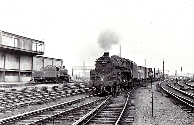 73127 - Riddles BR Class 5MT 4-6-0 - built 08/56 by Doncaster Works - 11/67 withdrawn from 26F Patricroft - seen here at Manchester Victoria East, 09/65, Class 2MT No.46406 to the left - 73125 to 73154 were built with Caprotti valve gear.