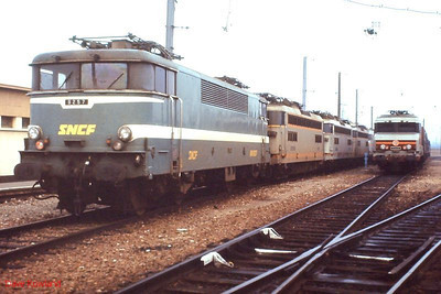 In the depot yard at Tours St Pierre des Corps are 9257 (left) and 6558 (right) with others. 26th November 1988.