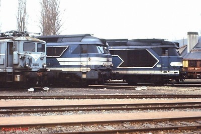 Seen around the turntable at Tours St Pierre des Corps depot are (l-r): BB 326, 67303 & 67312. 26th November 1988.