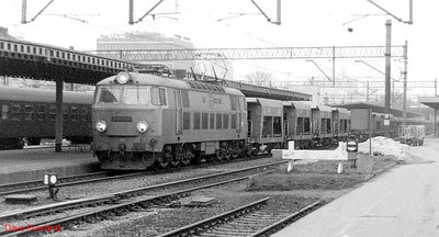 PKP electric ET22 1112 is held at signals at Poznan Glowny with a westbound freight. 1st March 1994.