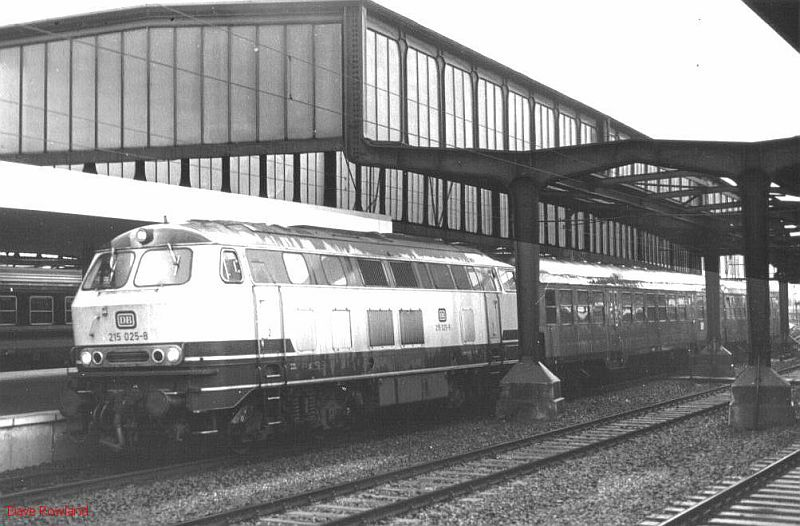 215 025, Duisburg Hbf, 26th February 1990.