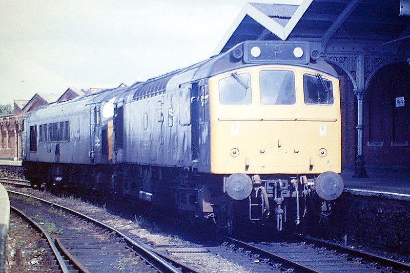 25276 leads 45019 as they head east light engine through March Station, 03/08/85. This is about as near as I could get to Diesel Heaven and live! 25276became 25903 in January 1986 and was withdrawn in March 1987. 45019 was withdrawn in September 1985.