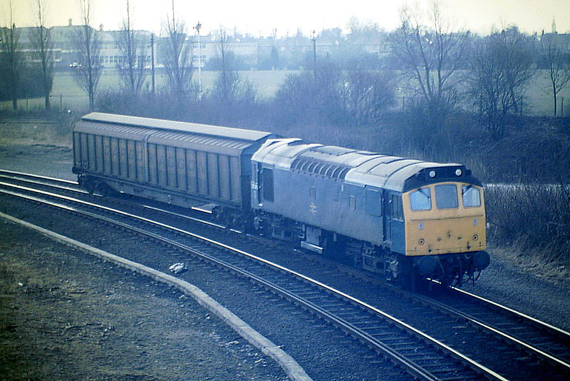 25265 approaches Norwood Bridge with a lightly loaded 6H94 Bury - Whjitemoor, 03/03/86. This loco was withdrawn in March 1987 and is preserved, currently in store.