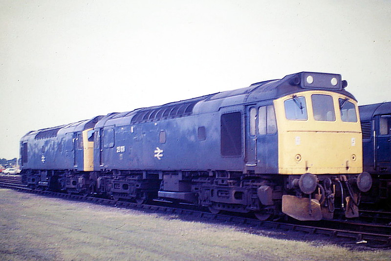 25109 and 25279 sit in Hundred Road Sidings on March Depot, 07/85. Both engines were withdrawn in March 1987