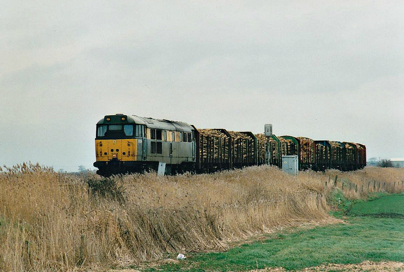 31154 approaches Horsemoor on 6G32 Brandon - March Down Yard, 18/02/99. This loco was withdrawn in 09/99 and scrapped.