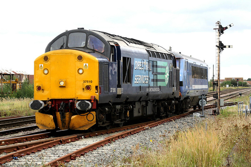 37510 draws out of the Down Loop at March with 82102, forming 5Z37 Norwich - Doncaster, 05/09/11. This semaphore is one of the few left at March.