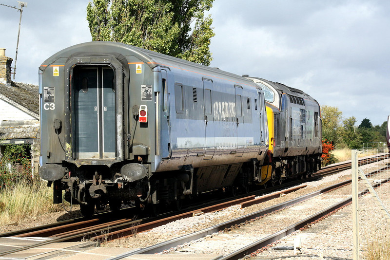 37510 heads for March with 82102 as 5Z37 Norwich - Doncaster at Horsemoor AHB, 05/09/11.
