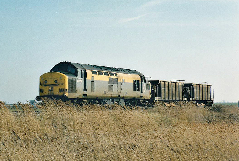 37258 passes Horsemoor westbound on a short ballast train, 18/02/98. This loco was renumbered 37384 in 10/98 and withdrawn 12/99.
