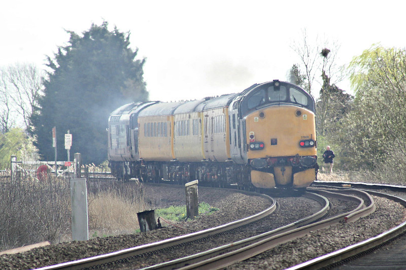 37608 trails 37601 as they thrash over Silt Road LC on 1Q75 1037 Derby RTC - Cambridge TMD, 21/03/14.
