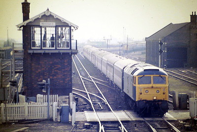 47587 runs past March East to stop at March Station, 03/04/85. It has 11 coaches on, a load much reduced in later years. 47587 was built by Crewe Works in 1965 as D1963 and was renumbered to 47263 in February 1974. It was ETHed and renumbered to 47587 in March 1983. In March 1994 it was fitted for multiple working and became 47736. It was withdrawn in March 2004 and scrapped in November 2007.