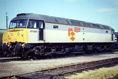 47600 SAINT DAVID in Railfreight Distribution livery on March Depot, 04/06/88. 47600 was built by Brush Falcon Works in 1966 as D1927 and was renumbered to 47250 in May 1974. It was ETHed and renumbered to 47600 in November 1983. In March 1994 it was fitted for multiple working and became 47744. It was withdrawn in April 2004 and is now in store at Nemesis Rail.