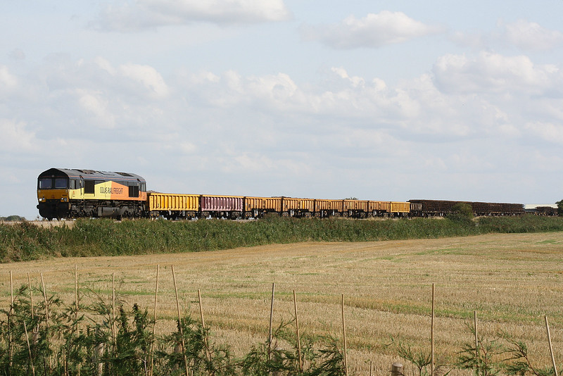 66846 approaches Horsemoor AHB on a very mixed 6L37 Hoo Junction - Whitemoor Yard, 30/08/18.