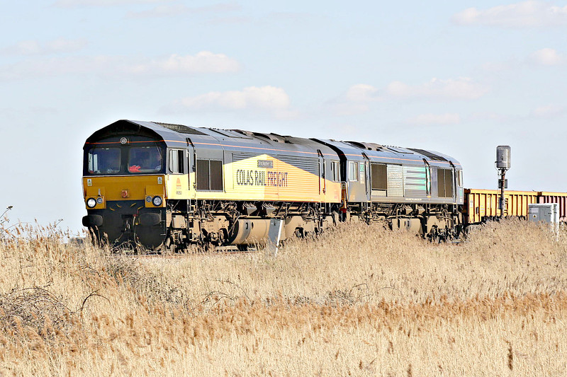 66850 DAVID MAIDMENT OBE, originally Freightliner 66577, leads 66413 on 6L37 Hoo Junction - Whitemoor Yard as they approach Horsemoor AHB, 24/03/14.