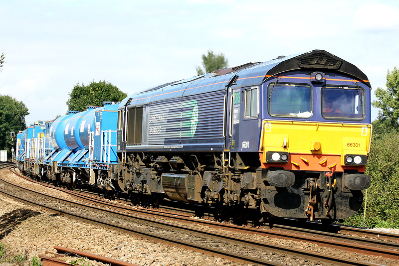66301 approaches Silt Road LC on the York Thrall Europa - Stowmarket Yard RHTT convoy for the forthcoming leaf-fall season, 20/09/16.