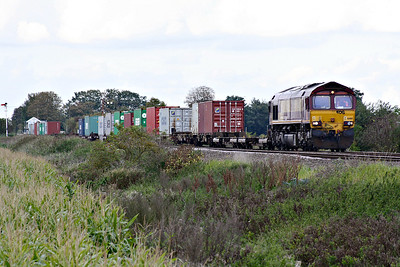 66188 approaches Welney Road AHB on 4L45 Wakefield Europort - Felixstowe South, 19/09/17.