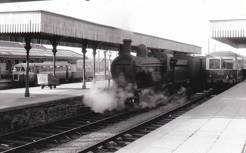 Class PP - 42 MUNSTER - GNR(I) 4-4-0, built 1911 by Beyer Peacock - 1929 rebuilt to Class PPs, 1942 rebuilt - 1958 to UTA as 58x - withdrawn 1960 - seen here at Strabane, railcar No.607 on the right and a CDRJC railcar on the left.