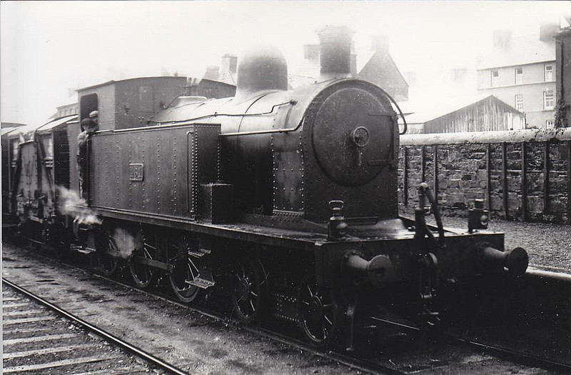 Class B 4 - 464 - CB&SCR 4-6-0T - built 1920 by Beyer Peacock as CB&SCR No.8 - 1925 to GSR as No.464, 1945 to CIE - 1946 rebuilt with Belpaire boiler - withdrawn 1963.
