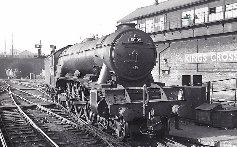 60109 HERMIT -  Gresley LNER Class A3 4-6-2 - built 06/23 by Doncaster Works as GNR No.1478 - 03/25 to LNER No.4478, 06/46 to LNER No.109, 05/48 to BR No.60109 - 12/62 withdrawn from 34A Kings Cross - seen here on the 'Talisman' at Hornsey.