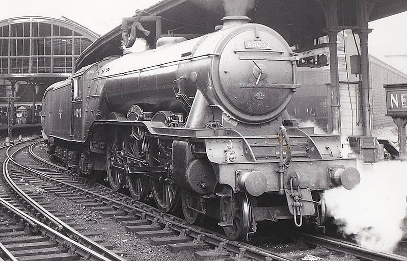 60092 FAIRWAY - Gresley LNER Class A3 4-6-2 - built 10/28 by Doncaster Works as LNER No.2746 - 10/46 to LNER No.92, 04/49 to BR No.60092 - 10/64 withdrawn from 52A Gateshead - seen here at Newcastle.