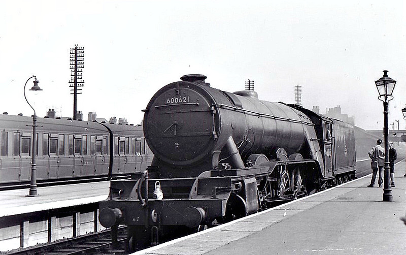 60062 MINORU - Gresley LNER Class A3 4-6-2 - built 05/25 by Doncaster Works as LNER No.2561 - 10/46 to LNER No.62, 07/49 to BR No.60062 - 12/64 withdrawn from 34E New England - seen here at Grantham in 1953.