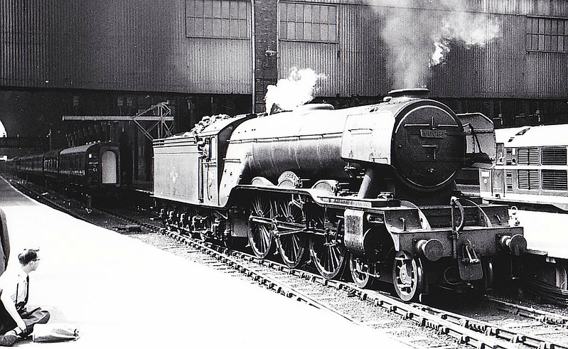 60063 ISINGLASS - Gresley LNER Class A3 4-6-2 - built 06/25 by Doncaster Works as LNER No.2562 - 07/46 to LNER No.63, 01/49 to BR No.60063 - 06/64 withdrawn from 34E New England - seen here at Kings Cross.