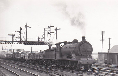 65762 -Worsdell NER Class P2 LNER Class J26 0-6-0 - built 06/05 by Gateshead Works as NER No.1139 - 03/46 to LNER No.5762, 06/48 to BR No.65762 - 01/61 withdrawn from 51L Thornaby - seen here at Newport, 04/54.