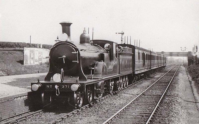 371 - Drummond LSWR Class E10 4-2-2-0 - built 06/01 by Nine Elms Works - 09/26 withdrawn from Nine Elms MPD - this looks like a posed shot - the loco is not in steam and parked wrong-line.