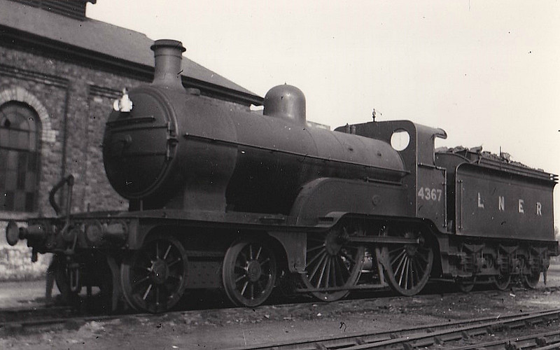 Class D 2 - 4367 - Ivatt GNR Class D2 4-4-0 - built 10/00 by Doncaster Works as GNR No.1367 - 03/26 to LNER No.4367 - 06/39 withdrawn - seen here at Spalding in 1937.