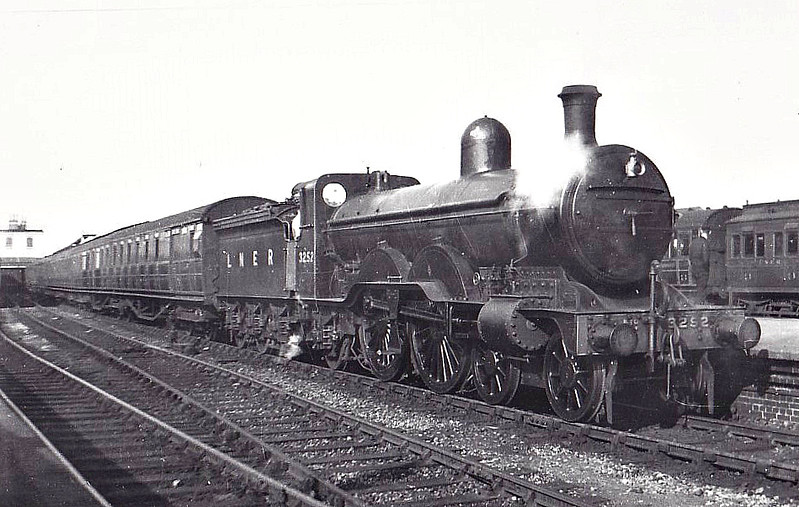 Class C2 - 3252 - Ivatt GNR 4-4-2 - built 05/03 by Doncaster Works as GNR No.252 - 1924 to LNER No.3252 - 07/45 withdrawn from Retford GC MPD.