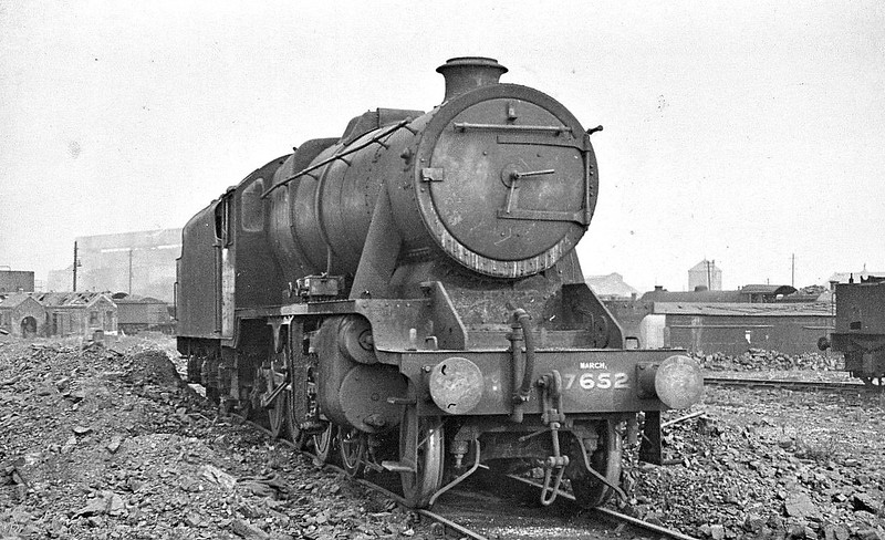 Class O6 - 7652 - Stanier LMS Class 8F 2-8-0 - built 06/44 by Brighton Works - 04/46 to LNER No.3101, 02/47 to LNER No.3501, 12/47 sold to LMS as 8706, 03/49 to BR No.48706 - 03/66 withdrawn from 82F Bath Green Park - seen here at Stratford (note March 31B allocation).