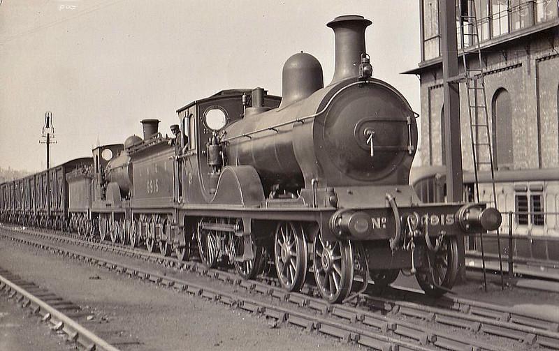 Class D40 - 6915 - Pickersgill GNSR Class V 4-4-0 - built 1900 by Neilson & Co. as GNSR No.115 - 1923 to LNER No.6915, 1946 to LNER No.2264, 04/48 to BR No.62264 - 03/57 withdrawn from 61C Keith - seen here piloting ex-NBR Class D31 No.9215 at Aberdeen.