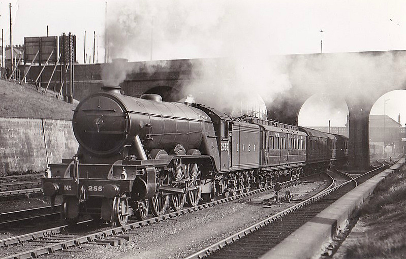 Class A3 - 2559 THE TETRARCH - Gresley 4-6-2 - built 03/25 by Doncaster Works - 06/46 to LNER No.60, 10/48 to BR No.60060 - 09/63 withdrawn from 52A Gateshead - seen here at New Southgate.