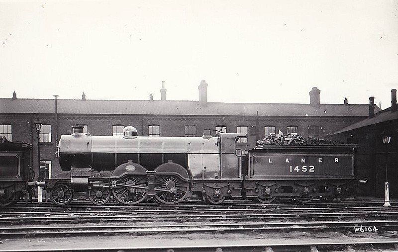 Class C1 - 1452 -  Ivatt GNR 4-4-2 - built 08/10 by Doncaster Works as GNR No.1452 - 03/25 to LNER No.4452, 01/46 to LNER No.2882 - 02/46 withdrawn from Sheffield Darnall MPD - seen here shortly after Grouping still with GNR number.
