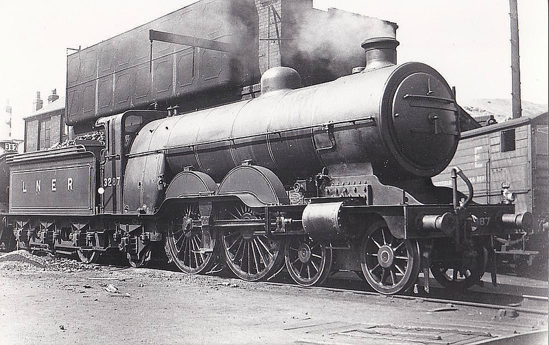 Class C1 - 3287 - Ivatt GNR 4-4-2 - built 07/04 by Doncaster Works as GNR No.290 - 05/25 to LNER No.3287 - 10/45 withdrawn from Doncaster MPD - seen here at Sheffield.