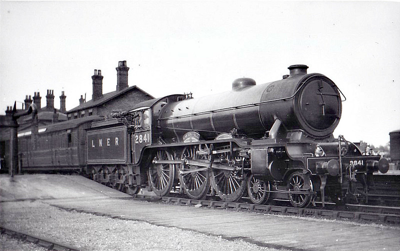 Class B17 - 2841 GAYTON HALL - Gresley LNER 4-6-0 - built 05/33 by Darlington Works - 08/46 to LNER No.1641, 02/49 to BR No.61641 - 01/60 withdrawn from 31A Cambridge - seen here at Spalding.