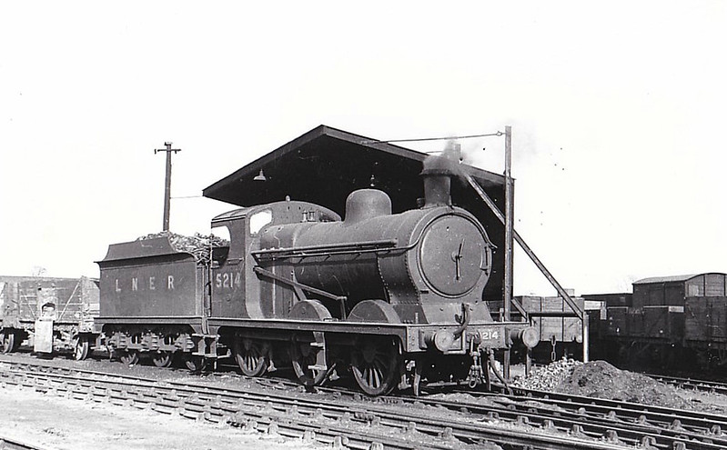 Class J11 - 5214 - Robinson GCR Class 9J 0-6-0 - built 11/03 by Beyer Peacock Ltd. as GCR No.214 - 09/25 to LNER No.5214, 09/46 to LNER No.4337, 08/48 to BR No.64337 - 06/61 withdrawn from 39A Gorton - seen here at Dukeries Junction, 05/46.