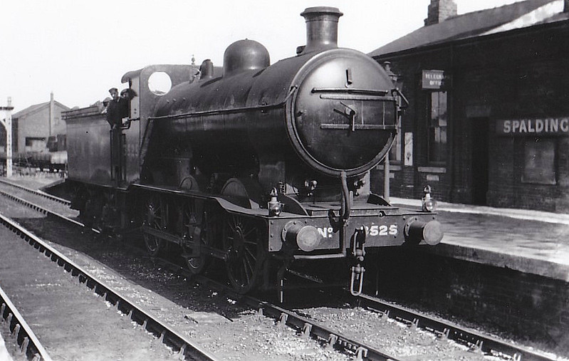 Class J 6 - 3525 - Ivatt GNR 0-6-0 - built 10/11 by Doncaster Works as GNR No.525 - 08/26 to LNER No.3525, 08/46 to LNER No.4174, 08/51 to BR No.64174 - withdrawn 09/61 from 36E Retford - seen here at Spalding.
