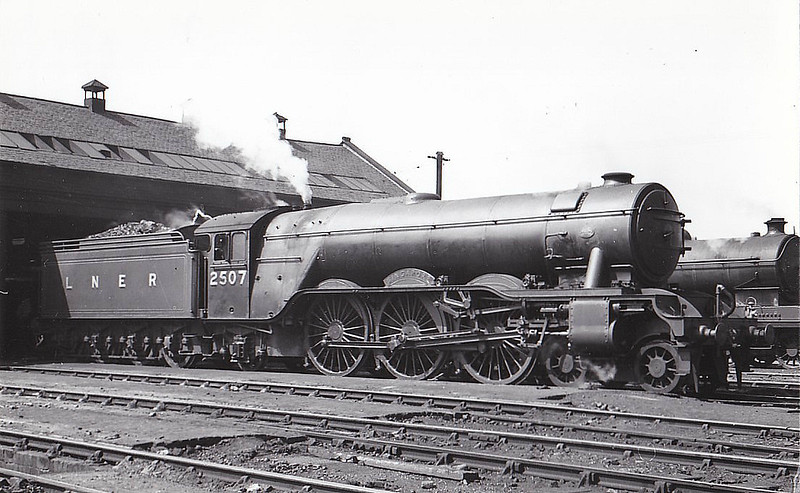 Class A3 - 2507 SINGAPORE - Gresley LNER 4-6-2 - built 12/34 by Doncaster Works - 11/46 to LNER No.42, 04/48 to BR No.60042 - 07/64 withdrawn from 64A St Margarets - seen here at Haymarket, 08/36.