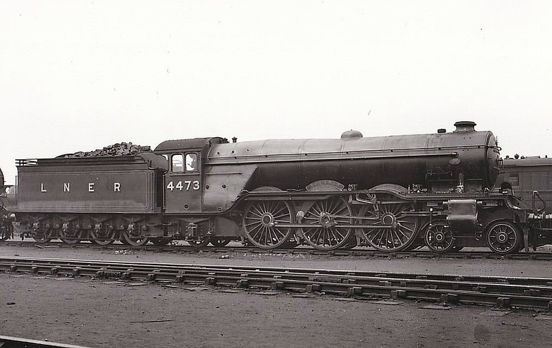 Class A3 - 4473 SOLARIO - Gresley 4-6-2 - built 03/23 by Doncaster Works as GNR No.1473 - 06/24 to LNER No.4473. 05/46 to LNER No.104, 07/48 to BR No.60104 - 12/59 withdrawn from 34A Kings Cross.