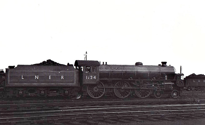 Class B 1 - 1124 - Thompson LNER/BR 4-6-0 - built 02/47 by North British Loco Co. - 10/48 to BR No.61124 - 09/62 withdrawn from 36A Doncaster - seen here in Apple Green livery.